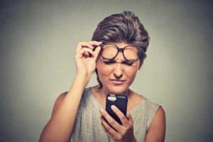 אישה מסתכלת לתוך המכשיר אייפון שלה