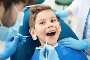רופא שיניים מטפל בילד קטן