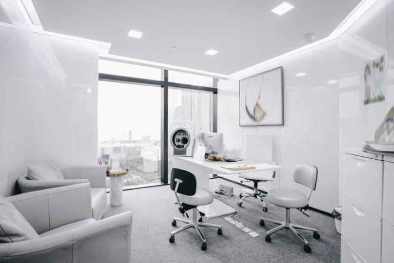 מרכז רפואי גדול ומעוצב בצבעי לבן
