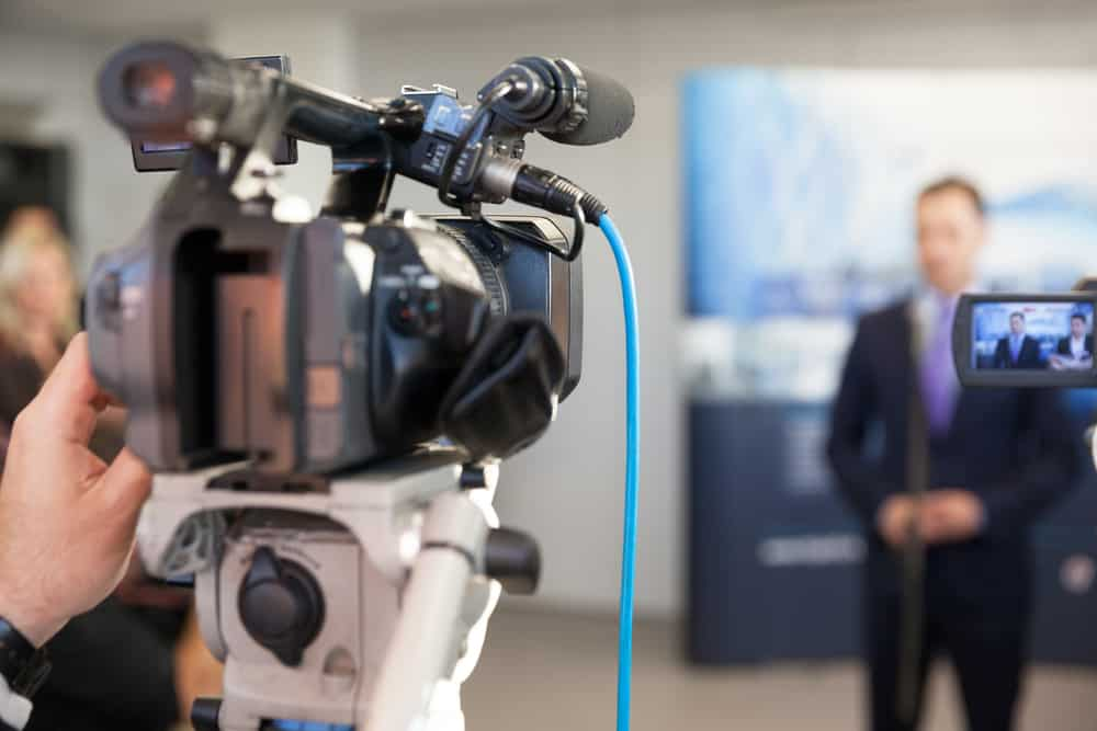 צילומים לחדשות של אישיות במצלמת וידאו מתקדמת